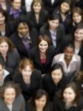 Vue courbe d'une femme d'affaires se tenant parmi les hommes d'affaires multi-ethniques Photos stock