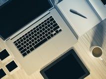 Vue courbe d'une table d'arrangement de lieu de travail d'affaires Images stock