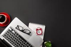 Vue courbe de bureau d'homme d'affaires avec l'organisateur, le stylo, les verres et l'ordinateur portable Vue sup?rieure des fou image stock
