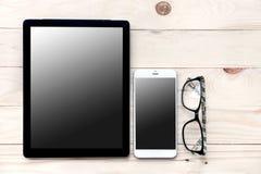 Vue courbe de bureau d'homme d'affaires avec le téléphone portable et le comprimé, s Photo stock