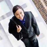 Vue courbe de femme d'affaires heureuse Images stock