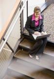 Vue courbe de femme d'affaires travaillant sur l'ordinateur portatif Photo libre de droits