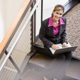 Vue courbe de femme d'affaires travaillant sur l'ordinateur portatif Images stock