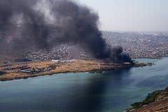 Vue courbe de fumée écartant du bâtiment Incendie criminel d'entrepôt industriel, grand nuage de fumée écartant avec le vent image libre de droits