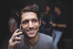 Vue courbe de jeune homme parlant au téléphone portable Images libres de droits