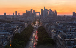 Vue courbe de la défense de La montrant l'horizon de Paris au coucher du soleil Photographie stock
