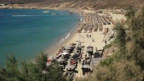 Vue courbe de la plage populaire d'elia sur des mykonos clips vidéos