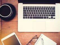 Vue courbe de lieu de travail avec l'ordinateur portable sur la table en bois Configuration plate photos stock