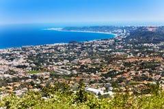 Vue courbe de littoral de Rhodes au jour ensoleillé Photos stock