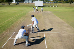 Vue courbe de match de cricket au champ photographie stock