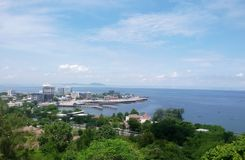 Vue courbe de mer chez Chonburi, Thaïlande Image stock