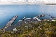 Vue courbe de quai du ` s de pêcheur à Stanley Harbor et à la perche photos stock
