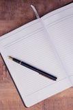 Vue courbe de stylo sur le livre ouvert Photos libres de droits
