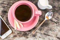 Vue courbe de téléphone intelligent avec l'écran vide et la tasse de café Photographie stock libre de droits