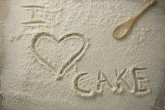 Vue courbe de texte de gâteau d'amour d'I sur la farine Image libre de droits