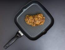 Vue courbe de viande marinée préparée dans la moutarde de Dijon, roa Images stock