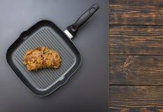 Vue courbe de viande marinée préparée sur une casserole de gril sur un g Photographie stock libre de droits