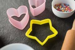Vue courbe des coupeurs de pâtisserie avec des sucreries dans la cuvette Photographie stock