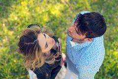 Vue courbe des couples heureux se tenant sur l'herbe image libre de droits