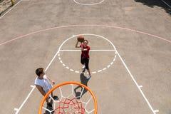 Vue courbe des couples jouant le basket-ball Image libre de droits
