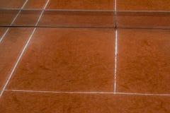 Vue courbe des courts de tennis d'argile photos stock