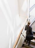 Vue courbe des escaliers croissants de femme d'affaires Images stock