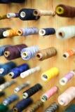 Vue courbe des fils de couture Photographie stock
