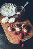 vue courbe des framboises, pot avec le fromage de confiture, de sandwich et fondu du plat photo libre de droits