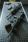 vue courbe des fusils avec des balles sur la table images libres de droits