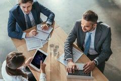 vue courbe des hommes d'affaires réussis travaillant ensemble photos libres de droits