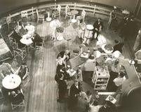 Vue courbe des personnes au salon de cocktail à bord du bateau Image libre de droits