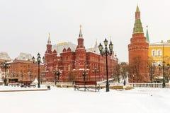 vue couverte de neige de la place de Manezhnaya à Moscou image stock