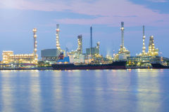 Vue crépusculaire de nuit, avant de rivière de raffinerie de pétrole Photo libre de droits