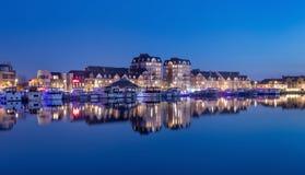 Vue crépusculaire sur des appartements, Nieuwe Kaai, Turnhout, Belgique photos libres de droits