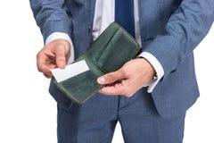 vue cultivée d'homme d'affaires tenant le portefeuille et la carte de crédit, Photo stock
