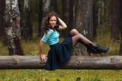 Vue cultivée de belle jeune femme marchant dans la forêt image libre de droits