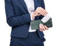 vue cultivée de femme d'affaires tenant le portefeuille avec la carte de crédit, Photographie stock libre de droits