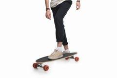 Vue cultivée de jeune longboard d'équitation de patineur Images libres de droits