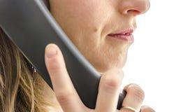 Vue cultivée d'employé féminin de centre d'attention téléphonique Photo stock