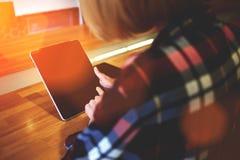 Vue cultivée de tir d'une jeune femme tenant le comprimé numérique avec l'écran de l'espace de copie pour votre message textuel o Image stock