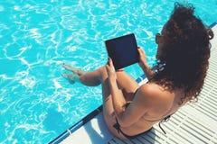 Vue cultivée de tir de jeune femme dans le maillot de bain tenant le pavé tactile avec l'écran vide de l'espace de copie pour vot Photo libre de droits