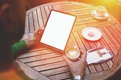 Vue cultivée de tir du pavé tactile se tenant masculin avec l'écran vide de l'espace de copie pour le message textuel ou le conte Image libre de droits