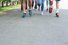 Vue cultivée du fonctionnement de pieds d'athlètes de marathon Photographie stock libre de droits