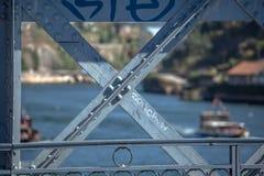 Vue détaillée à la structure métallique de D Pont de Luis, avec les éléments de peinture, la rivière de Douro et deux bateaux réc photographie stock