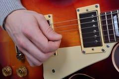 Vue détaillée du jeu sur une guitare électrique Photos libres de droits