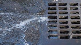Vue d'écoulement de l'eau dans l'égout de tempête sur la rue de Manhattan clips vidéos