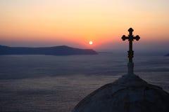 Vue d'église au-dessus de coucher du soleil Photo stock