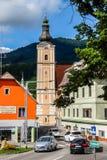 Vue d'église catholique Stadtpfarrkirche dans le jour ensoleillé lumineux photographie stock