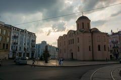 Vue d'église de Pyrohoshcha sur la place du contrat L'Ukraine, Kyiv, Podil Ed Image stock