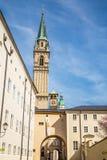 Vue d'église franciscaine tour-Salzbourg, Autriche Photographie stock libre de droits